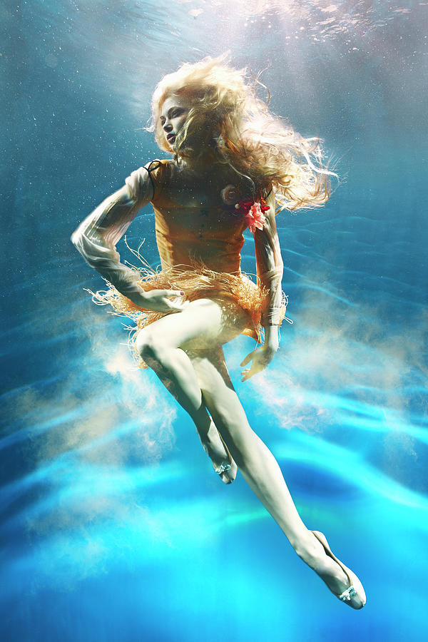 Woman Underwater Photograph by Zena Holloway