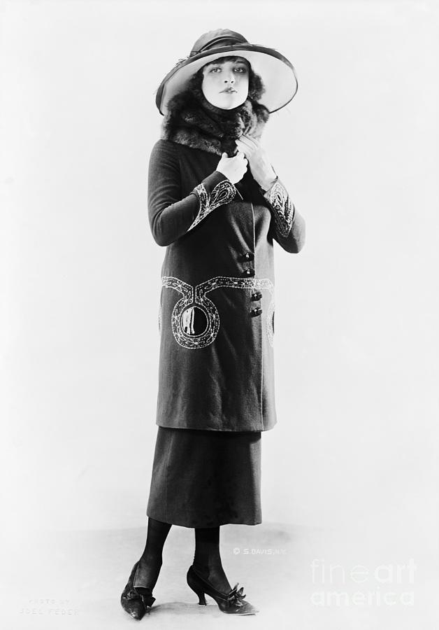 Woman With Fur Stole Photograph by Bettmann