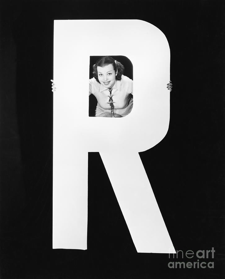 Testimonial Photograph - Woman With Huge Letter R by Everett Collection