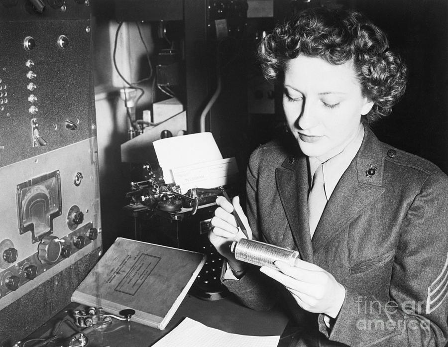 Women Marine Adjusting Cryptograph Photograph by Bettmann
