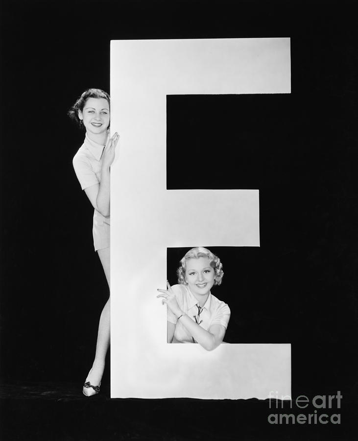 Testimonial Photograph - Women Posing With Huge Letter E by Everett Collection