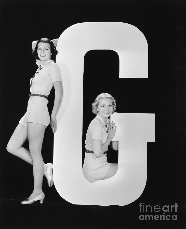 Testimonial Photograph - Women Posing With Huge Letter G by Everett Collection