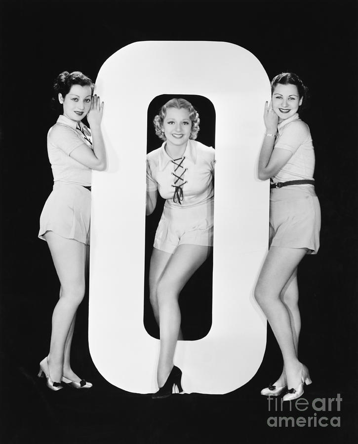 Testimonial Photograph - Women Posing With Huge Letter O by Everett Collection