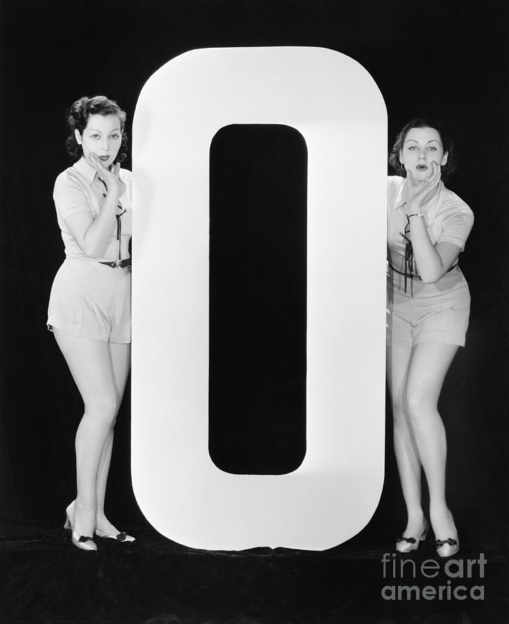 Testimonial Photograph - Women With Huge Letter O by Everett Collection
