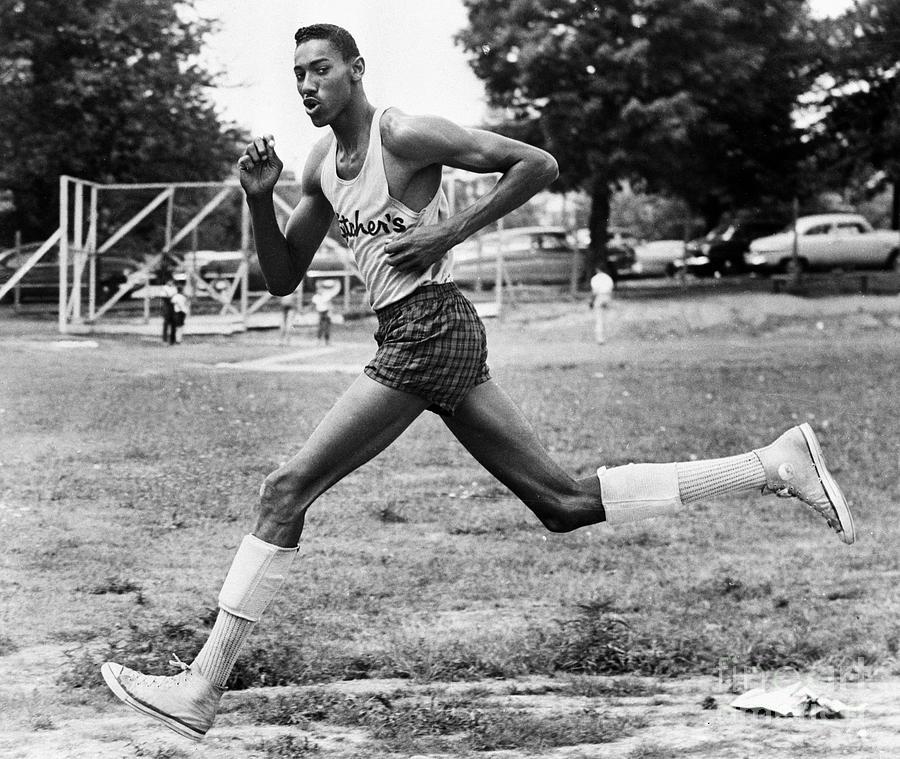 Young Wilt Chamberlain Running Photograph by Bettmann