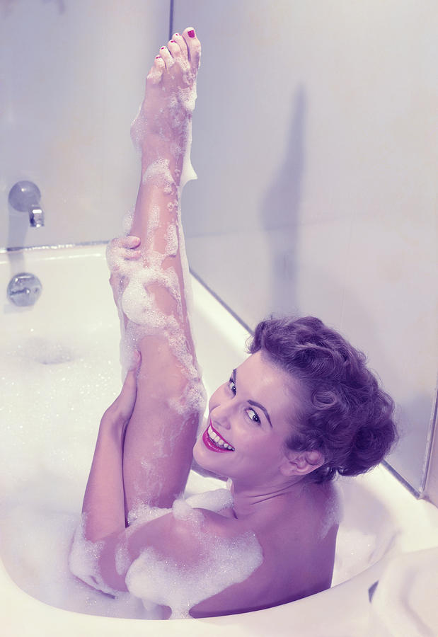 Young Woman In Bath Tub Lathering Photograph by Hulton Archive