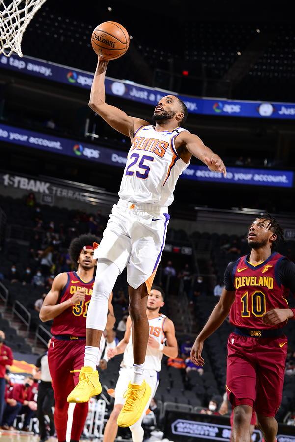 Cleveland Cavaliers v Phoenix Suns Photograph by Barry Gossage