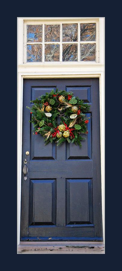 Colonial Williamsburg Photograph - Colonial Williamsburg Wreath On Door by Marilyn DeBlock