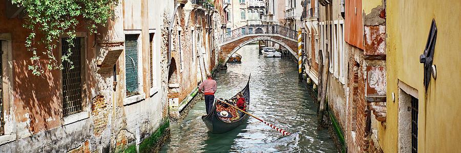 Dsc8016 - Gondoliere canale muro giallo, Venezia by Marco Missiaja