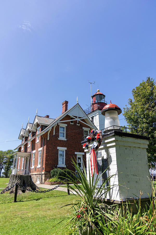 Dunkirk Lighthouse And Keepers Home On Lake Erie Photograph