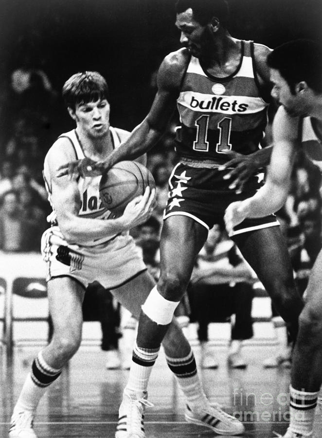 Elvin Hayes and Bernie Fryer Photograph by Nba Photos
