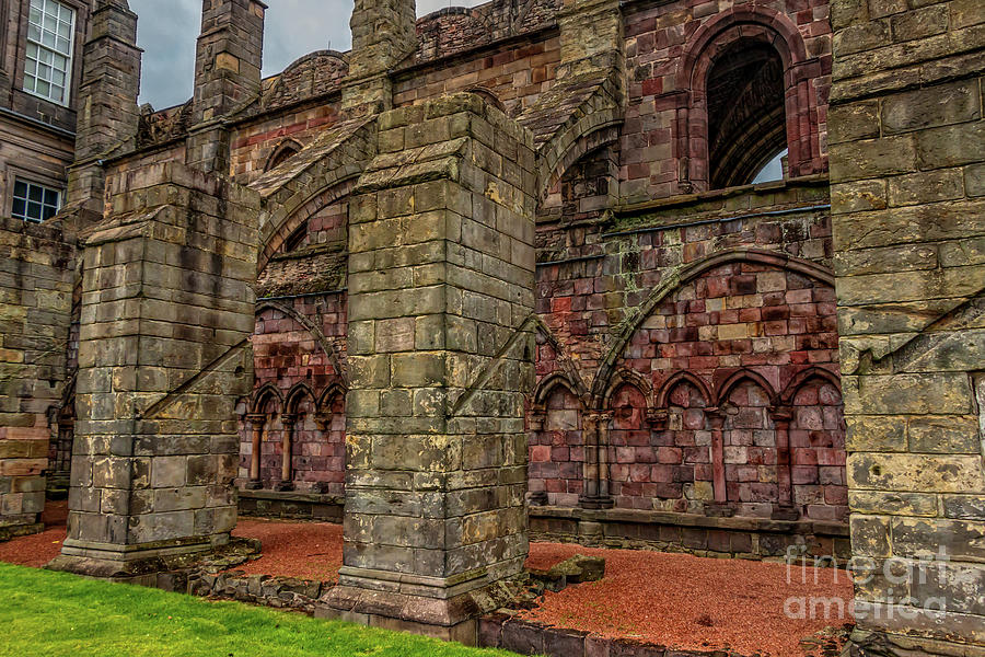 Scotland Photograph - Holyrood Abbey Ruins by Elizabeth Dow