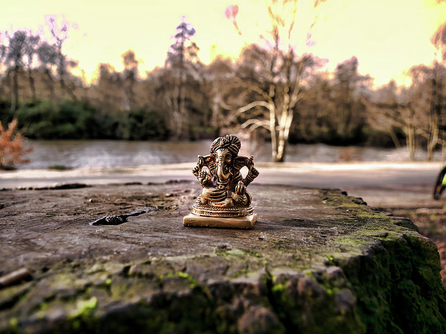 Lord Ganesh near the lake by Santosh Puthran