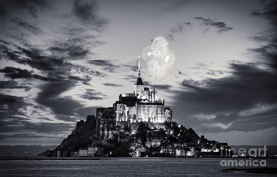 Mount Saint Michel Photograph - Mount Saint Michel at night Black and White by Stefano Senise
