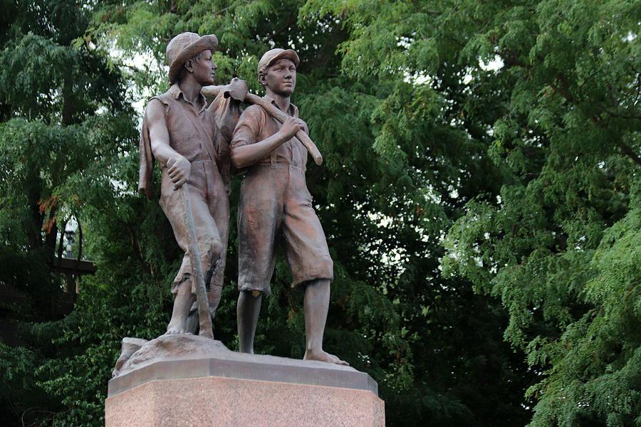 Tom Sawyer And Huck Finn Statue In Hannibal, Missouri Photograph ...