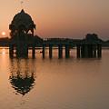 Skn 1364 Sunrise Behind Cenotaph by Sunil Kapadia
